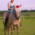 Dívka při vyjížďce na koni