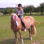 Dítě na vyjížďce na koni