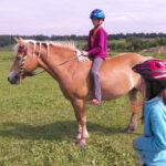 Děti při jízdě na koni musí mít helmu!